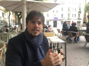 VICENÇ BATALLA | L'escriptor quebequès Mathieu David, a la conversa a la plaça de la Vila de Gràcia
