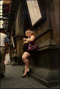 JOAN COLOM/FOTO COLECTANIA | Una imatge davant del Liceu del cèlebre fotògraf del Barri Xino feta entre els anys noranta i 2000