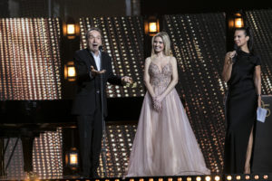 MAXIME BRAULT/STARFACE | Roberto Benigni avec son discours-performance pour son hommage des Lumières, à côte de la pianiste Vanessa Benelli Mosell et la présentatrice de la cérémonie Isabelle Giordano