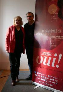 TYPHAINE MAUGET | Mathilde Mottier y François Vila, fundadores y directores del Festival Oui! junto al cartel 2020 obra de Oscar Llobet