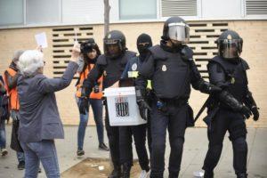 ARXIU | La policia nacional espanyola s'emporta una de les urnes del referèndum per a l'independència de l'1 d'octubre del 2017 a Catalunya davant les protestes dels votants