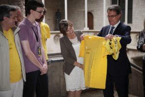 ARCHIVO | El presidente de la Generalitat, Artur Mas, recibe una camiseta de la presidenta de la Asociación Nacional Catalana (ANC), Carme Forcadell, por la Via Catalana hacia la independencia del Once de Septiembre de 2013