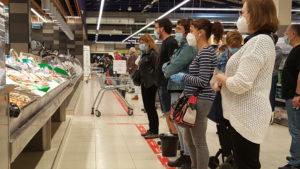 CRISTÓBAL CASTRO/EL MÓN TERRASSA | Client·es esperant torn a la peixateria d'un supermercat a Terrassa (Barcelona) a causa de la Covid-19, dins l'exposició de la premsa internacional a Visa pour l'Image