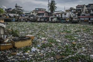 JAMES WITHLOW DELANO | Les eaux de l'Estero de Vitas, à la baie de Manila, recouvertes de plastics et tout types de détritus