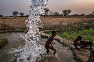BRIAN DENTON/THE NEW YORK TIMES | Enfants jouant dans un puit de la localité indienne de Lamheta, Uttar Pradesh, en juin 2019. Photo qui a gagné le Visa d'or catégorie Magazine