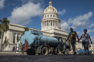 SANNE DERKS | Approvisionnement d'eau aux bâtiments devant du Capitole National à L'Havane, le janvier 2020