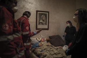FABIO BUCCIARELLI/NEW YORK TIMES | Des bénévoles de la Croix-Rouge sont venus chercher chez soi le 15 mars Claudio Travelli, de 60 ans et malade du Covid, à Cenate Sotto, province italienne de Bergame