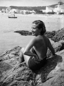 PERE PALAHÍ BACH-ESTEVE/ARXIU MUNICIPAL DE PALAGRUGELL| Estiuejant a les roques del racó de llevant de Llafranc, 1930