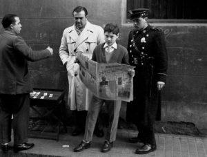 ARXIU LEOPOLDO POMÉS | Llegint <em>Solidaridad nacional</em>, diari del Movimiento a Barcelona, el 1957