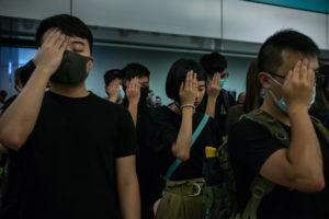 NICOLE TUNG | Étudiants à Hong Kong se couvrent l'oeil droit, le 21 août 2019, en solidarité avec l'infirmière que dix jours avant avait perdu l'oeil pour un tir de la police