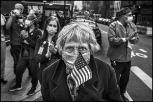 PETER TURNLEY | Nora, una de les persones que es mobilitzaven cada vespre al xamfrà del carrer 77 amb Lexington com a agraïment al personal de l'hospital Lenox Hill, foto de l'exposició <em>El rostre humà de la Covid-19 a Nova York</em> de Visa pour l'Image