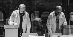 JUAN CARLOS QUINDÓS   Niño de Elche, encarnant l'artista d'avantguarda José Val del Omar a la instal·lació Auto sacramental invisible del Reina Sofía