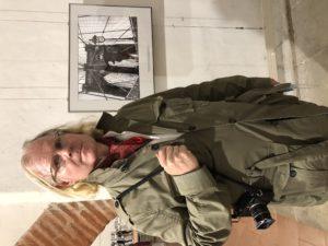VICENÇ BATALLA | Peter Turnley davant d'una foto de la seva exposició al Visa pour l'Image 2020, on es veu una noia originària de Wuhan fent footing al pont de Brooklyn