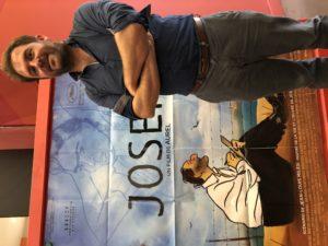VICENÇ BATALLA | Aurel, devant l'affiche de son film Josep dédié à Josep Bartolí au cinéma Le Castillet de Perpignan