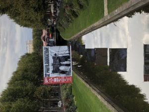 VICENÇ BATALLA | El cartell de l'edició 2020 de Visa pour l'Image amb la foto del pont de Brooklyn de l'exposició de Peter Turnley, penjat a gran escala sobre el canal de Perpinyà