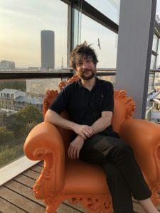 VICENÇ BATALLA | Raül Refree, sentado en un sillón kitsch en el ático del edificio de la Fundación Cartier, obra de Jean Nouvel, con la Torre Eiffel en último plano