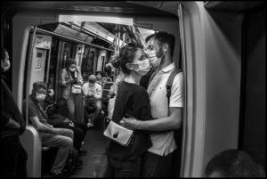 PETER TURNLEY | Emma et Elie au métro de Paris, une des premières photos de Turnley en rentrant à la capitale française le 25 mai