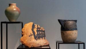 ARXIU | Tres ceràmiques de l'exposició històrica col·lectiva <em>L'art del buit</em> a la galeria Artur Ramon Art: Josep Llorens Artigas, Tàpies i Madola, respectivament, i la segona afegida en l'últim moment