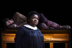 CHRISTOPHE RAYNAUD DE LAGE | Una de las actrices de El juego de las sombras de Jean Bellorini, delante de otro de los actores sobre un viejo piano, en la Semana de Arte en Aviñón