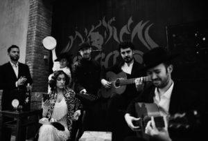ARXIU | Els sis components de Tablao de Músics, la formació de joves de l'escola barcelonina que recreen el flamenc de fa cent anys amb la tecnologia actual