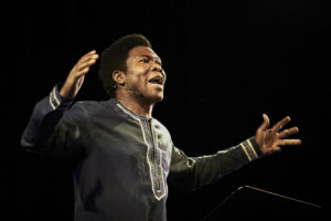 CHRISTOPHE RAYNAUD DE LAGE | L'actor de Burkina Faso Étienne Minoungou, en el seu Traces. Discurs a les nacions africanes