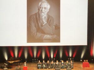 VICENÇ BATALLA | La photo sur l'écran de Bertrand Tavernier, lors que Thierry Frémaux lit le discours que Tavernier avait préparé pour le Prix Lumière aux frères Dardenne