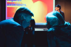 LAURIE DIAZ | Deux participants aux journées des indépendants à Lyon, en train d'échanger ses impressions avec le masque