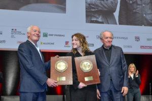 JEAN-LUC MÈGE/INSTITUT LUMIÈRE | Jean-Pierre et Luc Dardenne, avec le Prix Lumière, et au centre l'actrice Émilie Dequenne qui avait interprété <em>Rosetta</em>