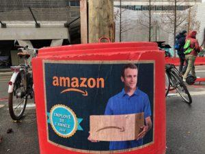 VICENÇ BATALLA | En Francia, la imagen del presidente Emmanuel Macron escogido mejor trabajador del año por la empresa Amazon en un cartel de denuncia irónico