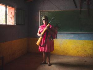 ALFREDO BOSCO/LUZ AMB LE FIGARO MAGAZINE | Una mare amb la seva filla que s'ha unit al grup d'autodefensa de Rincón de Chautla, a les muntanyes mexicanes de Guerrero, al juny del 2019