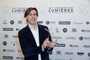MOREAU-PERUSSEAU/BESTIMAGE | Emmanuel Mouret con el premio de los Lumières 2021 a la mejor película por Les Choses qu'on dit, les choses qu'on fait