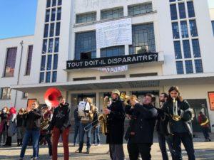 VICENÇ BATALLA | Une fanfare devant du Théâtre National Populaire de Villeurbanne, avec les affiches revendicatives de l'occupation