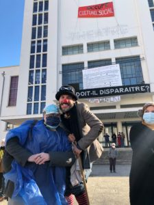 VICENÇ BATALLA | Clowns, activistes et passants, pendant l'action revendicative du 20 mars devant le Théâtre National Populaire (TNP) de Villeurbanne