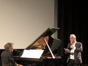 VICENÇ BATALLA | Thierry Frémaux, acompanyant Anne Cherhal a la cançó <em>Paroles, paroles</em>, en un concert del Festival Lumière 2020