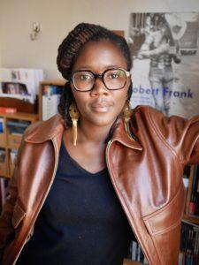 PIERRE LINHART | La réalisatrice française Alice Diop, dans son bureau avec l'affiche du célèbre photographe et documentaliste Robert Frank derrièr