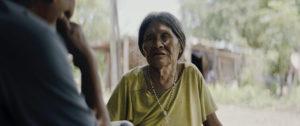 ARXIU | Una dona ayorea entrevistada pel protagonista també ayorea del documental al Paraguai <em>Apenas el sol</em>, d'Arami Ullón