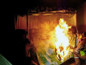 ARXIU | Una escena de la reconstrucció judicial de l'incendi a la presó San Miguel de Santiago de Xile al documental <em>El cielo está rojo</em>, de Francina Carbonell