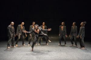 SÉVERINE CHARRIER | Els vuit ballarins africans de l'espectacle Omma, dirigit per Josef Nadj