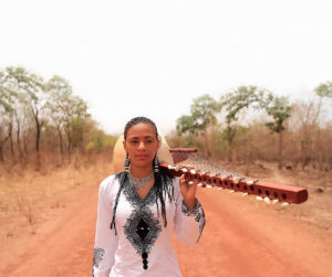 ©DR | L'anglo-maliana Sona Jobarthe, una de les poques dones virtuoses de la <em>kora</em>