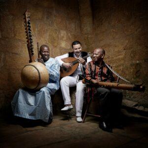 CYRILLE CHOUPAS | Ballaké Sissoko, amb el marroquí Driss El Maloumi (ud) i el malgaix Rajery (valiha) com a 3AM