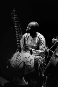 ARXIU | Ballaké Sissoko, tocant amb la seva kora especialment dissenyada per poder canviar d'escales entre africanes i occidentals