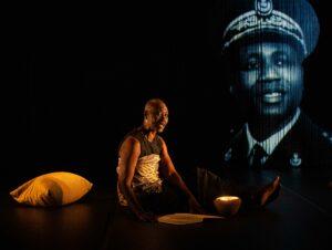 MICHEL CAVALCA | El solo de la senegalesa Germaine Acogny <em>À un endroit du début</em>, donde se proyecta la imagen de su padre funcionario colonial