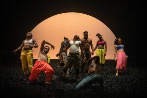 SOPHIE GARCIA | Los bailarines y bailarinas de <em>Wakatt</em>, del burkinés Serge Aimé Coulibaly, que se mueven al ritmo del directo del grupo del flautista Magic Malik