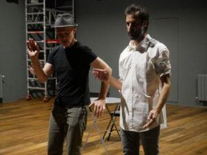 FRANÇOIS VILA | El director de la obra <em>La màgia lenta</em>, Pierre Notte, trabajando con el actor de la versión catalana, Marc Garcia Coté