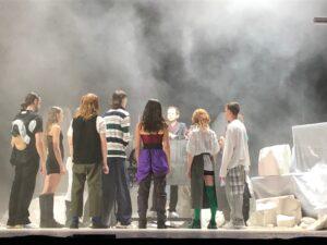 VICENÇ BATALLA | El músico Rone de fondo con los bailarines y bailarinas de <em>Room With A View</em>, coreografiado por (LA)Horde, en Las Noches de Fourvière y la Bienal de Danza de Lyon 2021