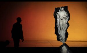 JULIEN MOMMERT | La intérprete de <em>Transverse Orientation</em>, de Dimitris Papaioannou, adoptando la figura de la virgen cristiana