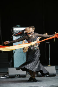 BLANDINE SOULAGE | La malí Fatoumata Diawara, entregada en su concierto del desfile de la Bienal de Danza de Lyon, antes de su paso por el Grec de Barcelona