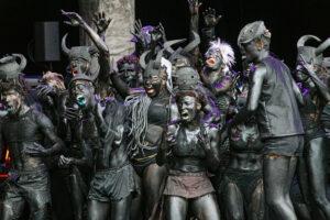BLANDINE SOULAGE | La coreografía que Qudus Onikeku preparó especialmente para su compañía y otros bailarines amateurs en el desfile de la Bienal de Danza de Lyon 2021