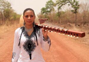 DR | Sona Jobarteh, neboda de Ballaké Sissoko i una de les primeres dones que s'ha convertit en solista de la kora