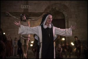 GUY FERRANDIS/SBS PRODUCTIONS | Virginie Efira, interpretant la mística i sàfica monja a <em>Benedetta</em>, de Paul Verhoeven